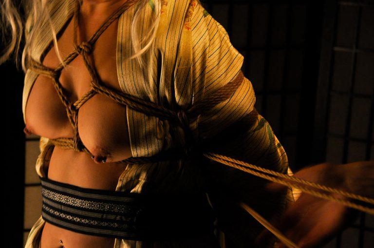 O Kinbaku é uma palavra japonesa para bondage, um estilo de amarração sexual com técnicas simples e complicadas realizadas com muitas cordas.