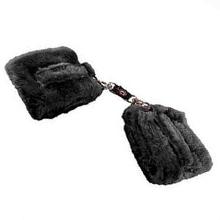 o uso de algemas de pelúcia são as melhores para dar os primeiros passos no bondage, por serem macias, não apertam os pulsos e são fáceis de utilizar.