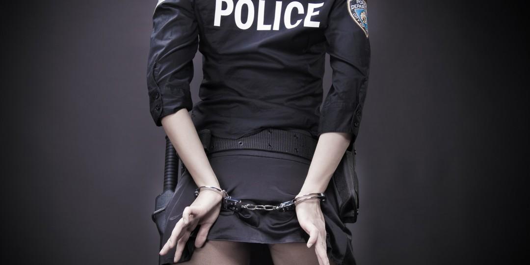 """Ao invés de usar as algemas sem contexto, interpretar um policial para manter o """"ladrão do prazer"""". Vista uma fantasia erótica de policial e interprete um policial safadinho ou um ladrão bem assanhado."""